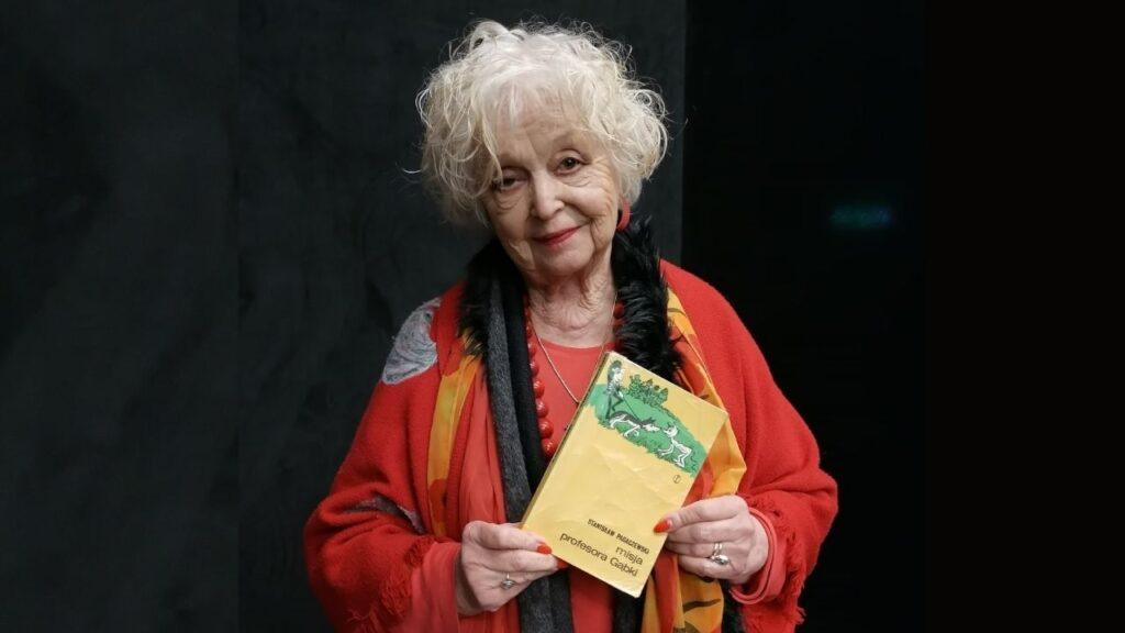 """Pani Maria Sokołowska trzymająca książkę """"Misja profesora Gąbki"""""""
