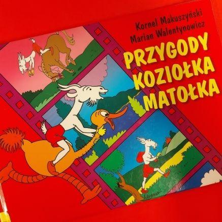 """Naklejka nr1 przypomina nam historię """"KOZIOŁKA MATOŁKA"""" autorstwa Kornela Makuszyńskiego orazrysownika Mariana Walentynowicza. Czysympatyczny koziołek dotrze doPacanowa gdzie """"kozy kują""""? Tego dowiedzą się czytelnicy tejksiążki  Zapraszamy dobiblioteki od14 - 19. Unas dostaniesz kartę, wypożyczysz książkę iodbierzesz naklejkę nr1."""